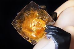 Zucchero del epilation con lo zucchero del liquate alle gambe Fotografia Stock Libera da Diritti