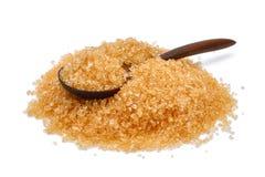 Zucchero di canna di Brown in cucchiaio di legno isolato su bianco Immagine Stock Libera da Diritti