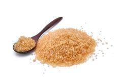 Zucchero di canna di Brown in cucchiaio di legno isolato su bianco Immagini Stock Libere da Diritti