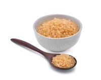 Zucchero di canna di Brown in spoonn di legno e tazza bianca isolati Immagini Stock Libere da Diritti