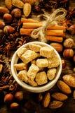 Zucchero di canna con i dadi, la cannella e l'anice stellato Fotografia Stock