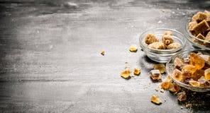 Zucchero di canna di Brown Su fondo rustico nero Fotografie Stock