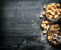 Zucchero di canna di Brown Su fondo rustico nero Fotografia Stock Libera da Diritti