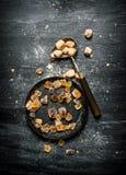 Zucchero di canna di Brown Su fondo rustico nero Immagini Stock