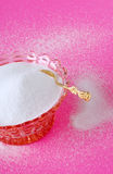 Zucchero di canna puro in una ciotola a cristallo dell'annata con uno zucchero Spoo dell'oro Fotografia Stock Libera da Diritti