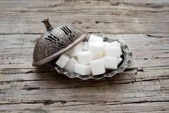 Zucchero di cubo in ciotola immagine stock