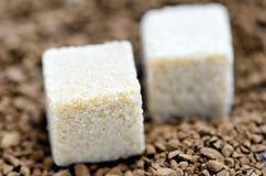 Zucchero di cubo e caffè solubile. Immagini Stock