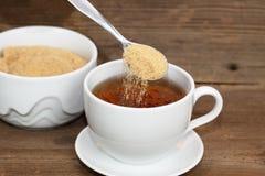 Zucchero di versamento Immagine Stock