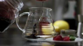 Zucchero di versamento in un t? ed in una mescolatura fatti caldi del potof del t?  Il processo di produrre t? o sangria Alimento archivi video