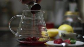 Zucchero di versamento in un t? ed in una mescolatura fatti caldi del potof del t?  Il processo di produrre t? o sangria il deliz stock footage