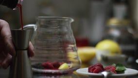 Zucchero di versamento in un t? ed in una mescolatura fatti caldi del potof del t?  Il processo di produrre t? o sangria questo d archivi video