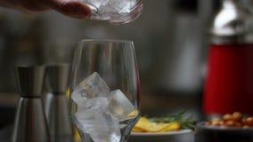Zucchero di versamento in un t? di vetro e nella mescolatura  Il processo di produrre t? o sangria Preparazione di alimento asiat archivi video