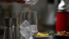 Zucchero di versamento in un vetro con il t? e la mescolatura di ghiaccio  Il processo di produrre t? o sangria Preparazione di a video d archivio