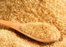 Zucchero grezzo in cucchiaio di legno Fotografia Stock