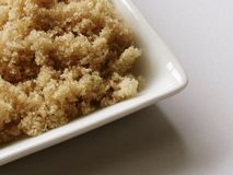 Zucchero marrone chiaro in piatto Immagini Stock Libere da Diritti