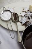 Zucchero a velo, cioccolato fuso e biscotti di Natale Immagini Stock Libere da Diritti