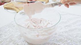 Zucchero a velo piegante con crema ed il formaggio di ricotta video d archivio