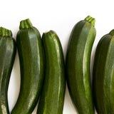 Zucchetti цукини, courgettes на белой предпосылке Стоковая Фотография RF
