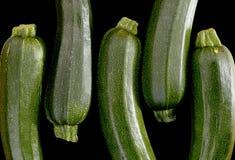 Zucchetti цукини, courgettes на черной предпосылке Стоковое фото RF