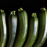 Zucchetti цукини, courgettes на черной предпосылке Стоковое Изображение