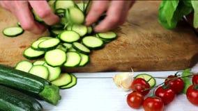 Zucchini affettati con la ciliegia e lo zucchini fresco delle erbe con basilico sulla tavola di legno stock footage