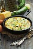 Zucchini al forno con il pollo e le erbe Immagine Stock