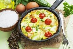 Zucchini al forno con il pollo, i pomodori ciliegia e le erbe Fotografia Stock