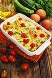 Zucchini al forno con il pollo, i pomodori ciliegia e le erbe Fotografia Stock Libera da Diritti
