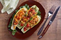 Zucchini angefüllt mit Fleisch, Gemüse und Käse Zucchiniboote stockbild