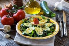 Zucchini arrostito con la mozzarella fotografie stock