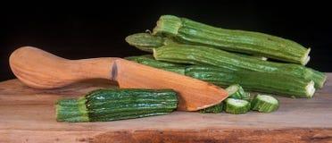 Zucchini auf waldigem Hintergrund Lizenzfreie Stockfotos