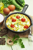 Zucchini backte mit Huhn, Kirschtomaten und Kräutern Stockfotos