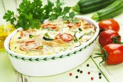 Zucchini backte mit Huhn, Kirschtomaten und Kräutern Stockfoto