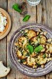 Zucchini-Basilikumminzen-Acajoubaumsalat mit Ricotta und frischem Brot Stockbild