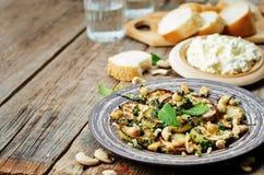 Zucchini-Basilikumminzen-Acajoubaumsalat mit Ricotta und frischem Brot Stockfoto