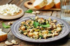 Zucchini-Basilikumminzen-Acajoubaumsalat mit Ricotta und frischem Brot Stockfotos