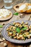 Zucchini-Basilikumminzen-Acajoubaumsalat mit Ricotta und frischem Brot Lizenzfreies Stockbild
