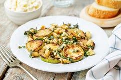 Zucchini-Basilikumminzen-Acajoubaumsalat mit Ricotta und frischem Brot Lizenzfreies Stockfoto
