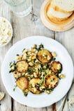 Zucchini-Basilikumminzen-Acajoubaumsalat mit Ricotta und frischem Brot Stockfotografie