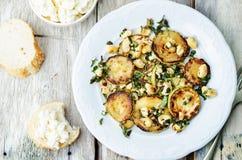 Zucchini-Basilikumminzen-Acajoubaumsalat mit Ricotta und frischem Brot Lizenzfreie Stockfotografie