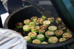 Zucchini che è fritto sulla griglia Fotografie Stock
