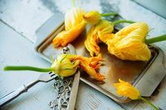 Zucchini com flores Imagem de Stock Royalty Free
