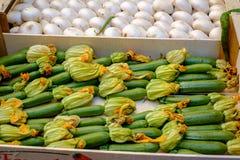 Zucchini con i fiori in un vassoio fotografia stock