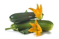 Zucchini con le foglie ed i fiori Fotografia Stock