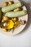 Zucchini con olio Fotografie Stock