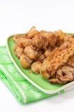 Zucchini e funghi fritti su una tovaglia della cucina e del piatto Immagini Stock Libere da Diritti