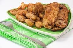 Zucchini e funghi fritti su una tovaglia della cucina e del piatto Immagine Stock