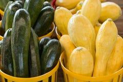 Zucchini e zucca da vendere al mercato degli agricoltori Immagine Stock Libera da Diritti