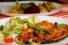 Zucchini faszerował warzywa i sałatki - letuce z czereśniowymi pomidorami, rzodkwią i ogórkiem, obraz royalty free