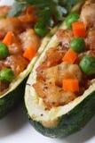 Zucchini faszerował z mięsnymi i zielonymi grochami makro- pionowo zdjęcia stock